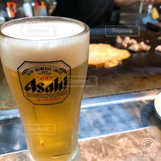 コーヒーやビール、テーブルの上のガラスのカップ - No.1060847