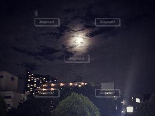 雲に隠れるスーパームーンの写真・画像素材[1060883]
