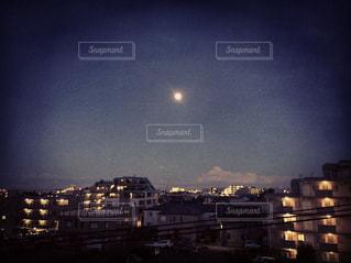 ストロベリームーンの夜空の写真・画像素材[1060884]