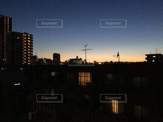 街に沈む夕日の写真・画像素材[1060958]