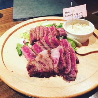 テーブルの上に食べ物のプレートの写真・画像素材[1061163]