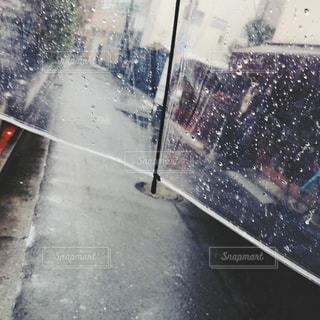 雨 傘の中の写真・画像素材[1074162]