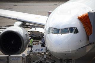 空港で滑走路に大きい飛行機の写真・画像素材[1077969]