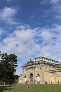 時計塔のある大きな建物の写真・画像素材[1077982]