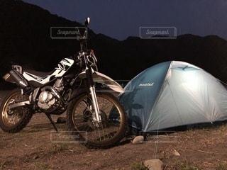 バイクは汚れフィールドの脇に駐車の写真・画像素材[1105912]