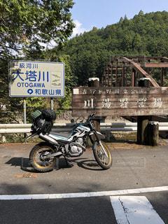 バイクは、道の脇に駐車の写真・画像素材[1105919]