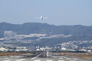 都市上空を飛ぶ飛行機 - No.1236975
