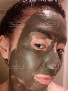 近くにカメラの顔を作る男性のアップの写真・画像素材[1123069]