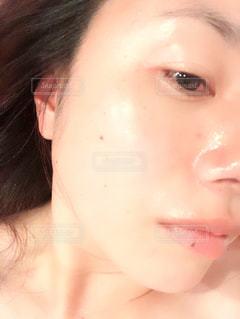 近くに彼女の歯を磨く女性のアップの写真・画像素材[1178464]