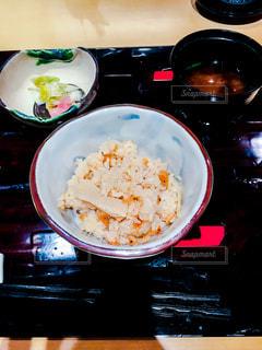 テーブルの上に食べ物のボウルの写真・画像素材[1061780]