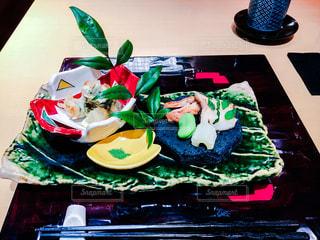 テーブルの上に食べ物のプレートの写真・画像素材[1061791]