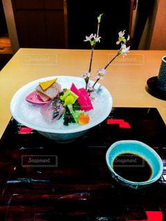 食品やコーヒー テーブルの上のカップのプレートの写真・画像素材[1061795]