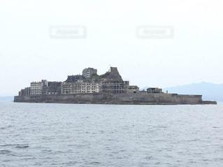 背景の羽島島と水の大きな体の写真・画像素材[1139970]