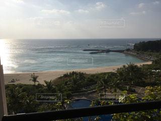 水の体の横にあるビーチの景色の写真・画像素材[1061882]
