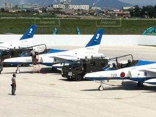 小さな飛行機が空港で駐機場に駐車されています。の写真・画像素材[1061871]