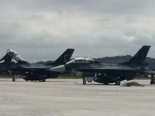 空港の滑走路の上に座ってジェット戦闘機の写真・画像素材[1061885]