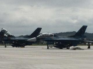 空港の滑走路の上に座ってジェット戦闘機の写真・画像素材[1061886]