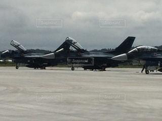 空港の滑走路の上に座ってジェット戦闘機の写真・画像素材[1061889]