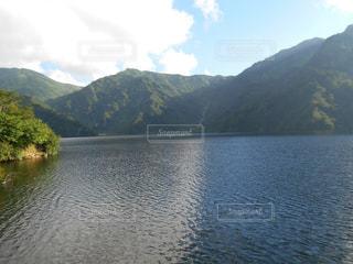 背景の山と水体の写真・画像素材[1062214]