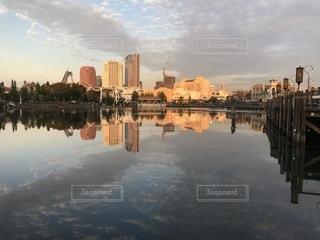 水の体の横に市のビューの写真・画像素材[1062439]
