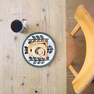 アンティークなテーブルとパンとコーヒーの写真・画像素材[1062285]