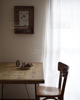 アンティークなテーブルと椅子、そして、コーヒー - No.1062286