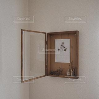 古い木枠額とカレンダー - No.1062290