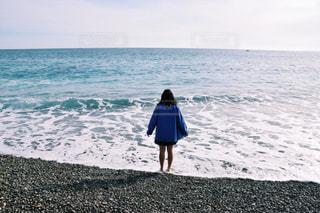 ビーチに立つ女の子の写真・画像素材[1065464]