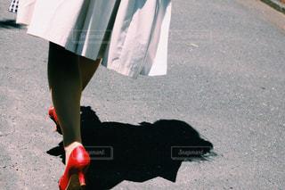 通りを歩く女性 - No.1064604