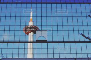 ガラス越しの京都タワーの写真・画像素材[1062493]