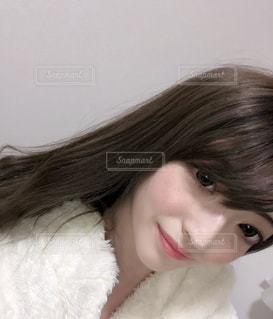 女性の髪をかきあげるの写真・画像素材[1083023]