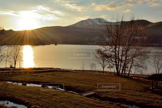 夕暮れの湖の写真・画像素材[1072861]