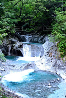 綺麗な滝の写真・画像素材[1130681]