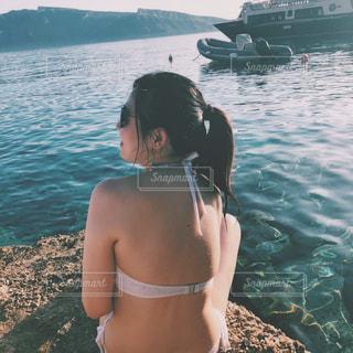 水の体の横に立っている女性の写真・画像素材[1281279]