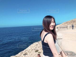 ビーチに立っている女性の写真・画像素材[1281284]