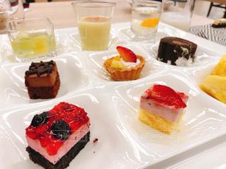 皿の上のケーキの一部 - No.1063204