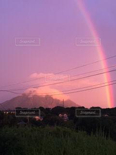 フィールドに虹がかかったの写真・画像素材[1063247]
