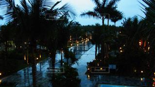 雨降るリゾートホテルの写真・画像素材[1063443]