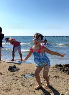 ビーチで大はしゃぎの写真・画像素材[1064411]