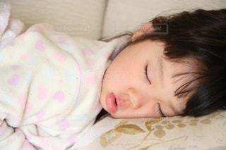 子供の寝顔の写真・画像素材[1067686]