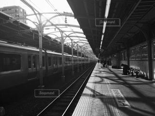 駅のベンチ。思いにふけるサラリーマン。の写真・画像素材[1145810]