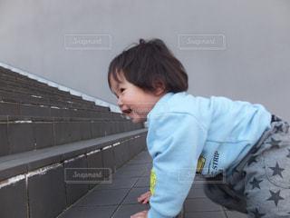 階段を上がろうとする子供 - No.1163565
