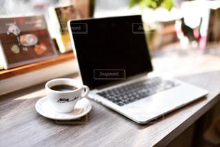 パソコンとコーヒーの写真・画像素材[1070166]