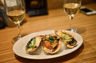 テーブルの上の食べ物皿とワイングラスの写真・画像素材[3161888]