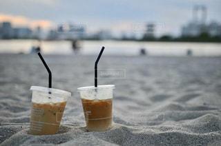 浜辺に並んだカフェラテ2つの写真・画像素材[3161885]