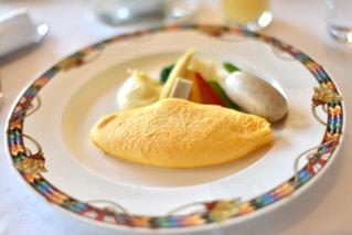 食べ物の皿をテーブルの上に置くの写真・画像素材[3161892]