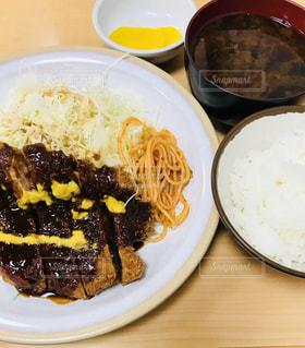 テーブルの上に食べ物のプレートの写真・画像素材[1065616]