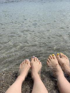 浜辺に座っている人の写真・画像素材[2418832]
