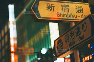 街の通り上のポール上の標識の写真・画像素材[1065891]
