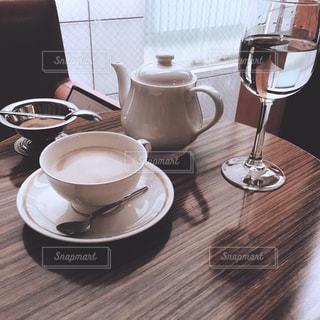 テーブルの上のコーヒー カップの写真・画像素材[1065899]